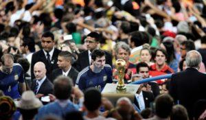 Messi mirando la copa del Mundial de Fútbol de Brasil 2014