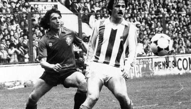 Tirapu, junto a Larrañaga, en un partido en El Sadar frente a la Real Sociedad en 1984. DIARIO DE NAVARRA
